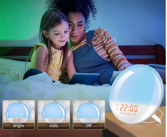 Radio despertador Wake Up Light con 7 colores ajustables, 7 sonidos naturales, puerto de carga USB por 23,09€.