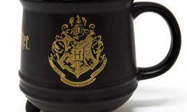 Taza Hogwarts Crest de Harry Potter con diseño de caldero por sólo 8,35€.